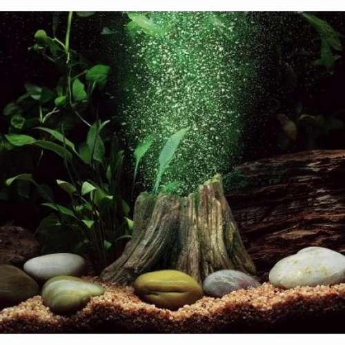 В аквариуме брызги попадают на лампу